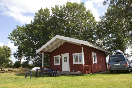 Vackert belägen stuga på Vallsnäs Camping med utsikt över sjön Unnen