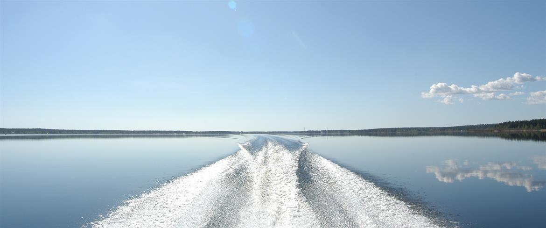 Vattenbild bakom båten