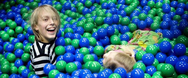 Barn i bollhavet hos Nimbys värld på Pite Havsbad
