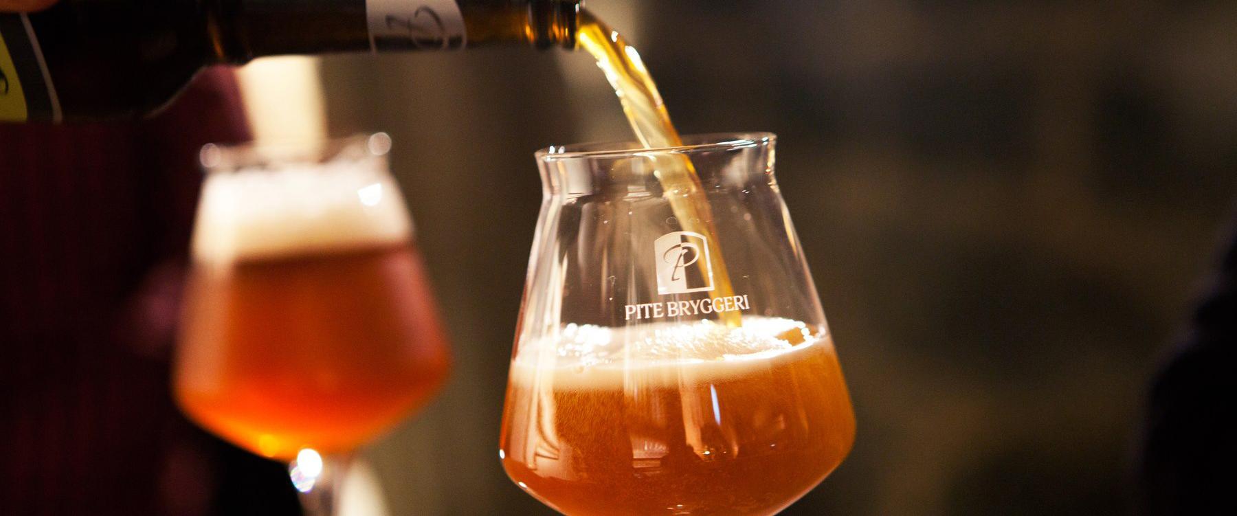 Öl hälls upp i egna ölglas