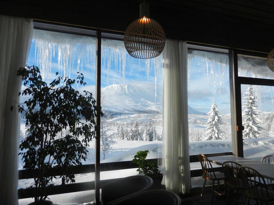 Fra peisestuen på Kvitåvatn Fjellstoge har man flott utsikt mot Gaustatoppen , © Kvitåvatn Fjellstoge