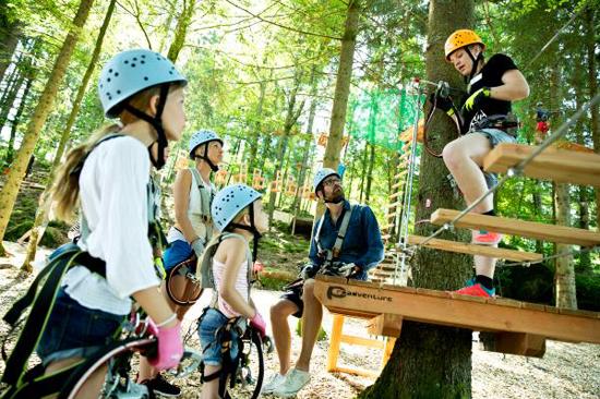På Upzone Äventyrspark i Ullared får du ge dig ut i en hisnande höghöjdsbana och uppleva äventyr uppe bland trädtopparna.