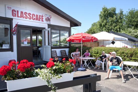 Glasscaféet med sin uteservering på Vilshärads Camping serverar härliga glassar