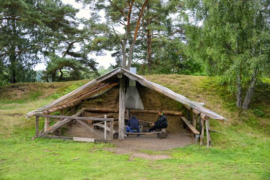 På scouternas lägerplats kan du boka upp och använda uppgjord grillplats