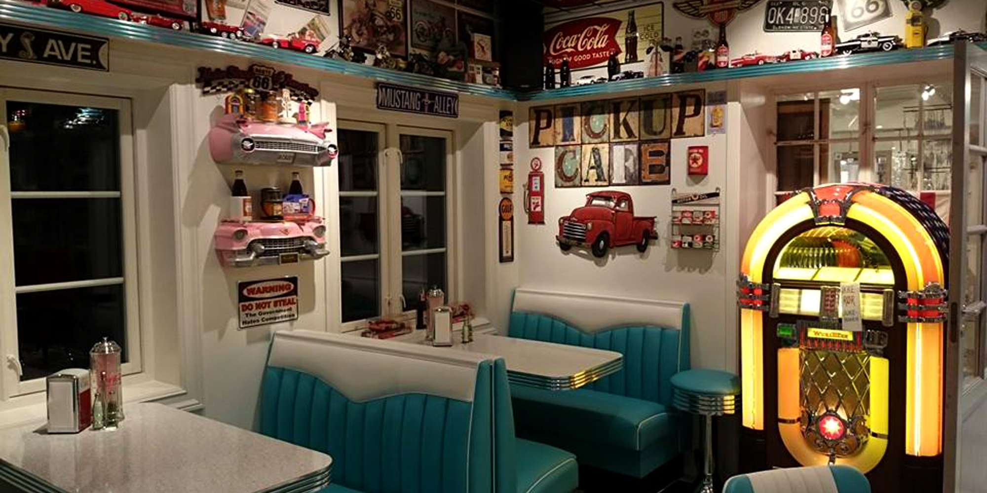 An American ispired 50s diner, Pick-up cafe atKortmans Candle Factory in Vuddudalen in Levanger municipality. Copyright: Kortmans Lysfabrikk