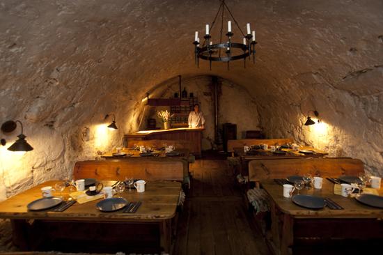 I Brännvinskällaren på Öströö Fårfarm från 1700-talet serveras det mat och kaffe för grupper mellan 15 och 50 personer