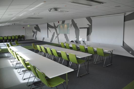 För möten med upp till 120 personer lämpar sig konferenslokalen Galaxen på Laxbutiken i Heberg, strax söder om Falkenberg.