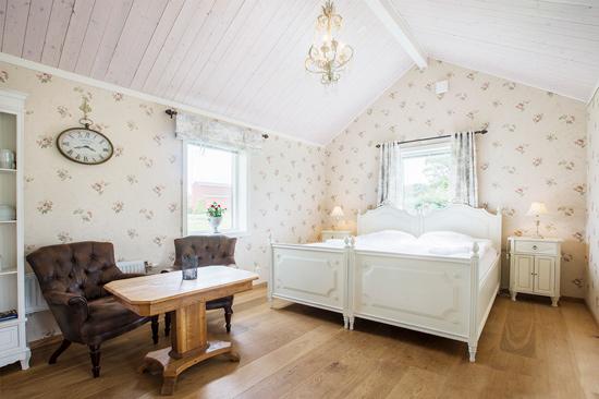 Boka ett romantiskt rum i Lillstugan på Ästad Vingård.