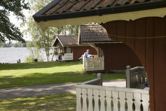 Jälluntofta Campings stugby bjuder på avkoppling vid sjön Jällunden