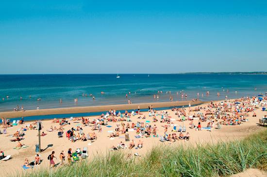 Sommartid är det mycket folk på härliga Tylösand strand!