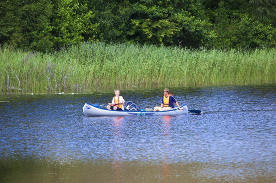 Kanotpaddling på sjön Unnen, en av många aktiviteter på Vallsnäs Camping