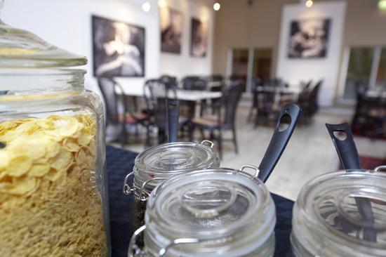 Frukostmatsalen där frukostbuffén dukas upp varje dag på First Hotel Mårtenson