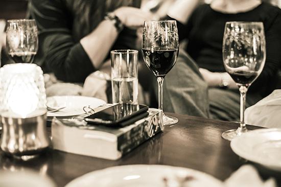 Koppla av och njut av god mat och dryck i Säröhus vackra matsal och bar.