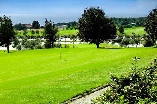 Ringenäs Golfklubb med fantastisk havsutsikt från många av de 27 hålen.