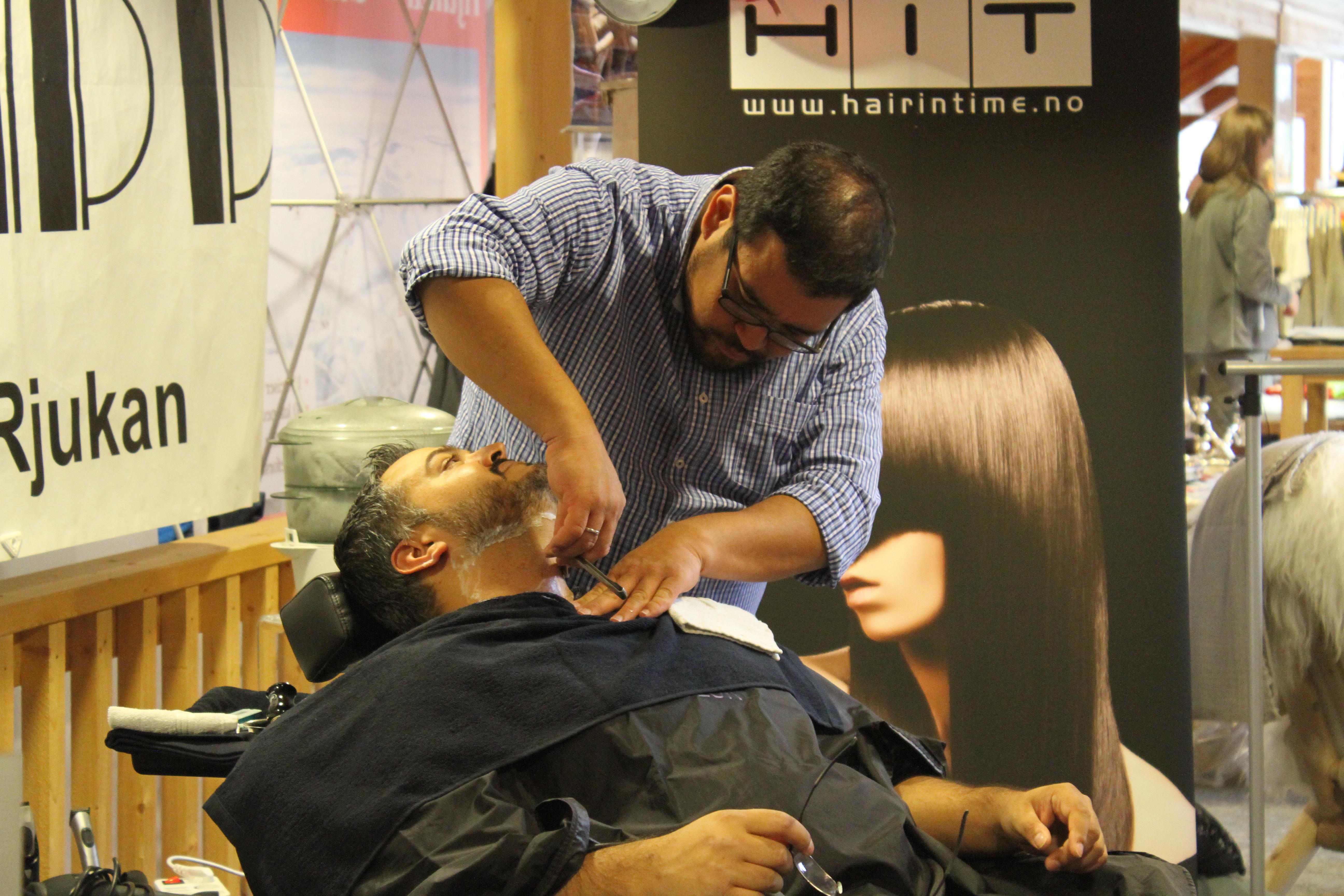 Tore tilbyr klassisk barbering , © Laura Kiewiet