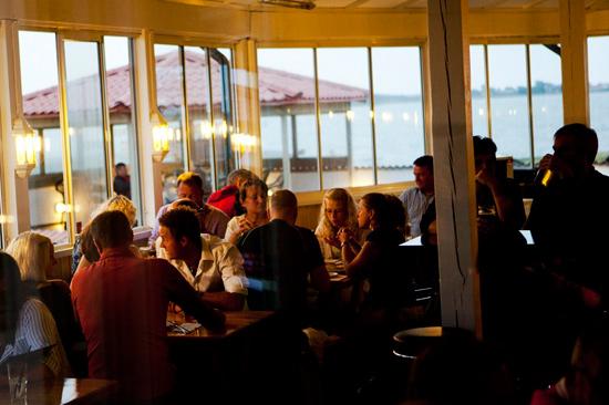 Njut av god mat och solnedgången på Restaurang Solviken i Apelviken i Varberg