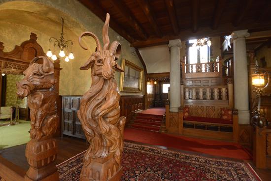 Tjolöholms Slott har guidade turer där besökaren visas genom ett flertal av slottets 36 rum