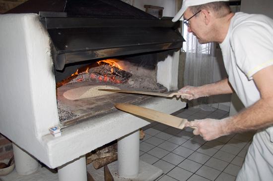 På Ulvanstorp kan du prova på att baka tunnbröd.