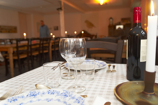 Gårdsrestaurang rymmer 55 personer och här serveras lokala råvaror som är typiska för årstiden, ofta anskaffade från bönderna i trakten och från regionala handlare