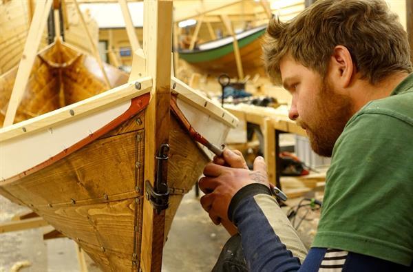 Se båtbyggere i aksjon på Museet Kystens Arv