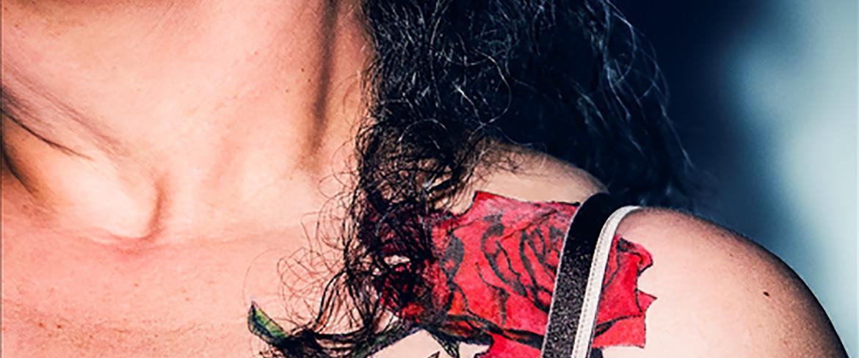 Tatuerad ros på en axel