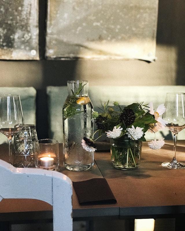 Dukat bord hos Pensionatet i väntan på gästerna