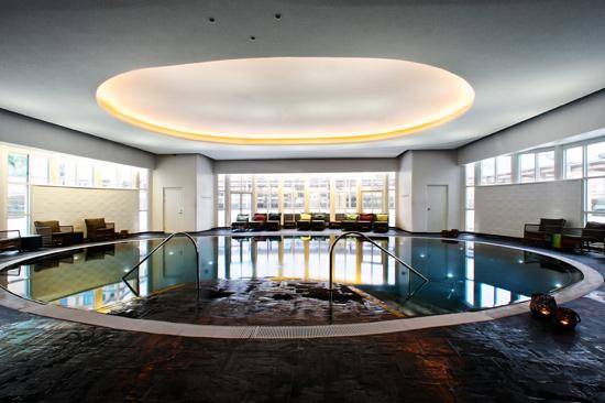 I poolen på Varbergs Kurort kan du koppla av och njuta av 32-gradigt vatten.