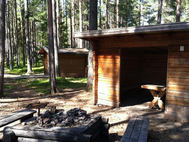 Eldstad och sittplatser vid Fåröns härliga vandringsleder, Piteå Turistcenter