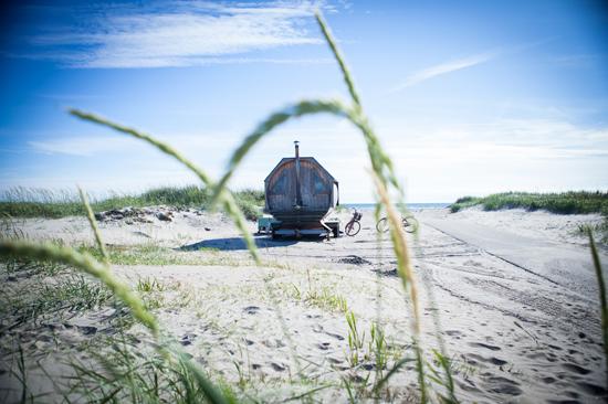 Direkt nedanför Björkängs Havsbad breder den långgrunda, barnvänliga sandstranden ut sig.