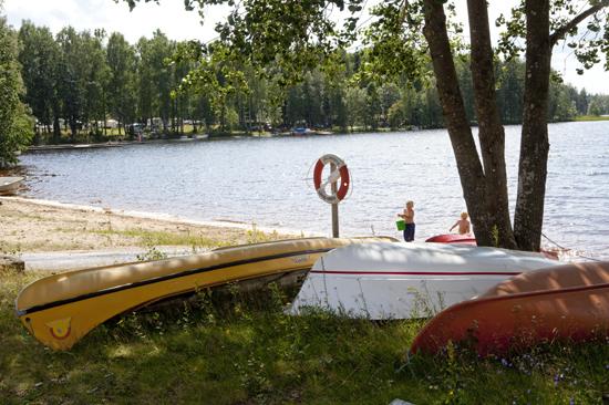 Sjön Jällunden inbjuder till bad och båtturer för gästerna på Jälluntofta Camping