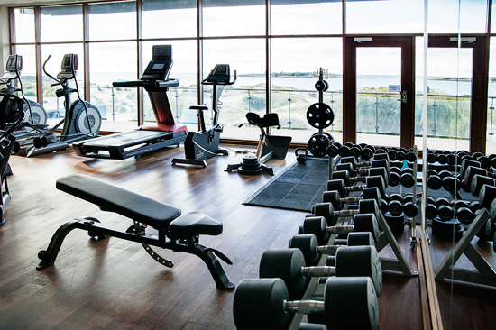 Hotel Tylösands välutrustade gym med en oslagbar utsikt över havet