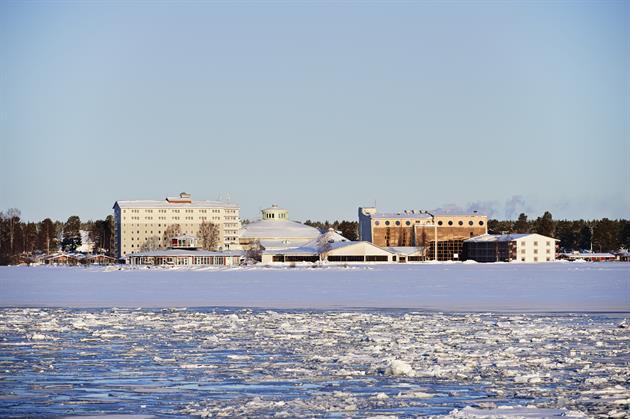 Pite havsbad vintertid, en solig vinterdag på isen utanför hotellet.