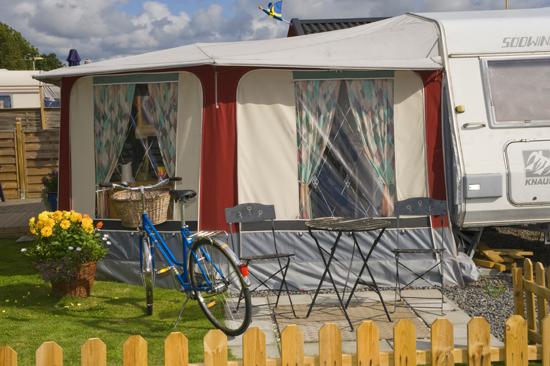 Stråvalla Camping ligger vindskyddat och det är en kilometer till havsbad och sandstrand