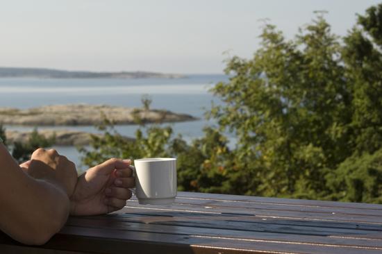 Njut av havsutsikten och en kopp kaffe på Löftadalens folkhögskola