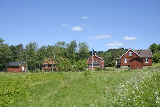 Kuggaviksgården ligger i naturskön miljö med havet inpå knuten, mellan Varberg och Kungsbacka