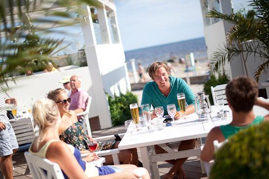 Uteserveringen på Falkenberg Strandbad bjuder på havsutsikt samt god mat och dryck