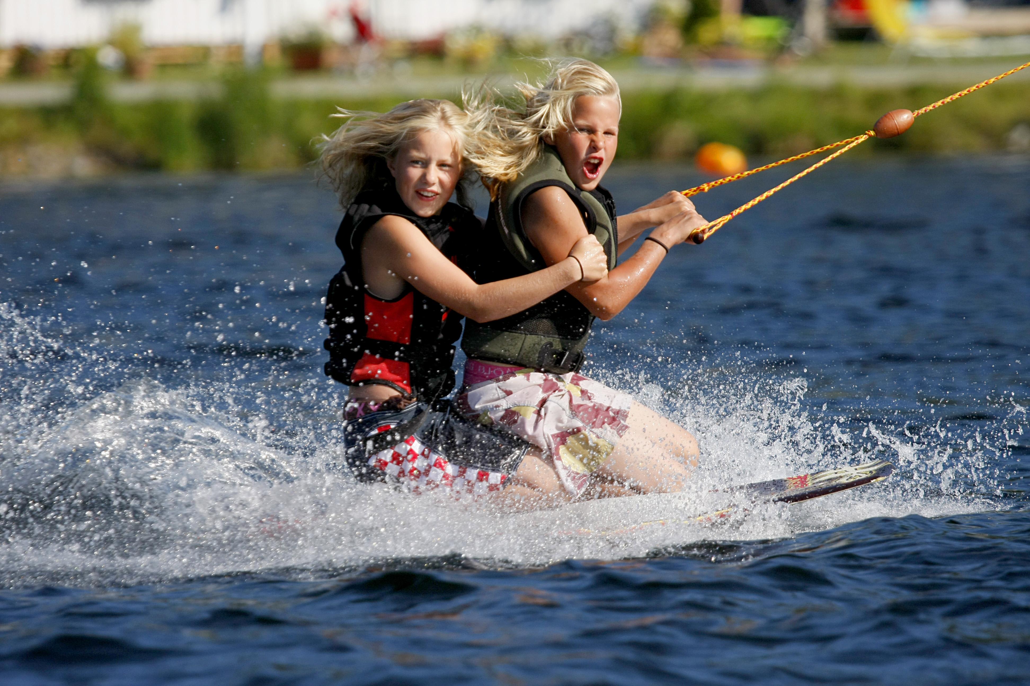 Jenter på kneeboard på Norsjø Kabelpark. , © Norsjø Ferieland