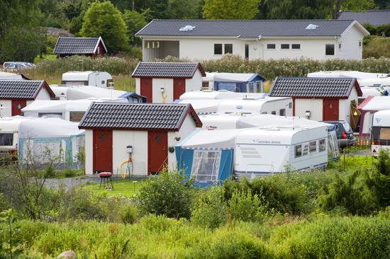 Varje husvagnsplats har tillgång till eget badrum med dusch i anslutning till platsen.