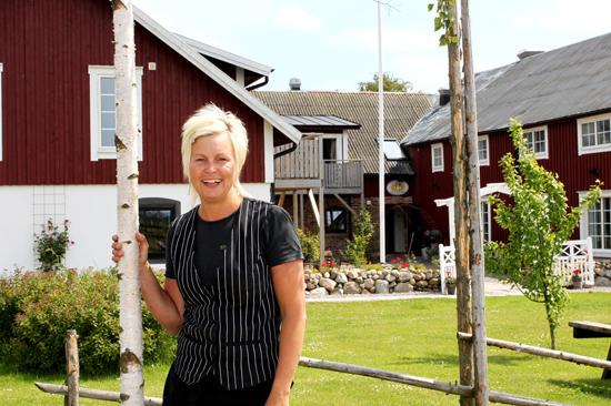 Linda med personal hälsar dig hjärtligt välkommen till Lanthotell Lögnäs Gård utanför Laholm