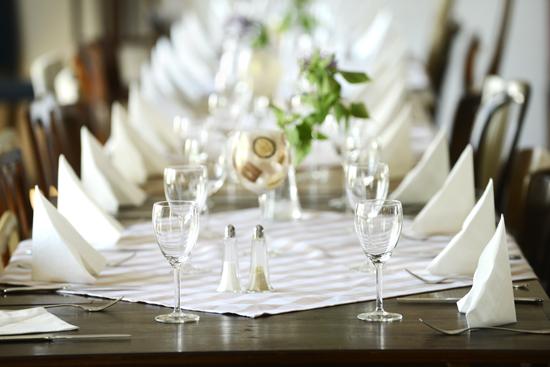 Lanthotell Lögnäs Gård dukar vackert inför bröllop, fest och konferens