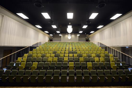 Konferenslokalen Nöjeshallen på Varberg Event med fasta läktarplatser för 350 personer