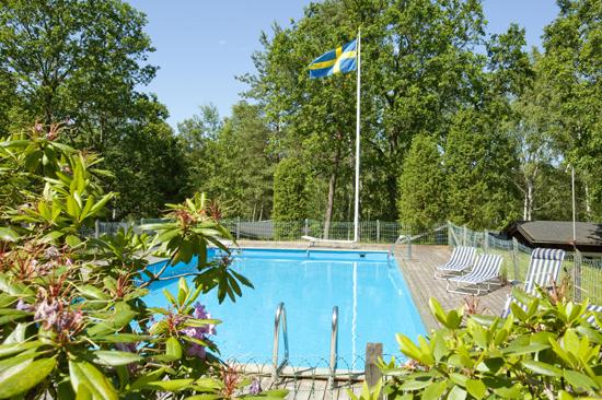 Swimmingpoolen på Lanthotell Tallhöjden ger dig svalkande bad