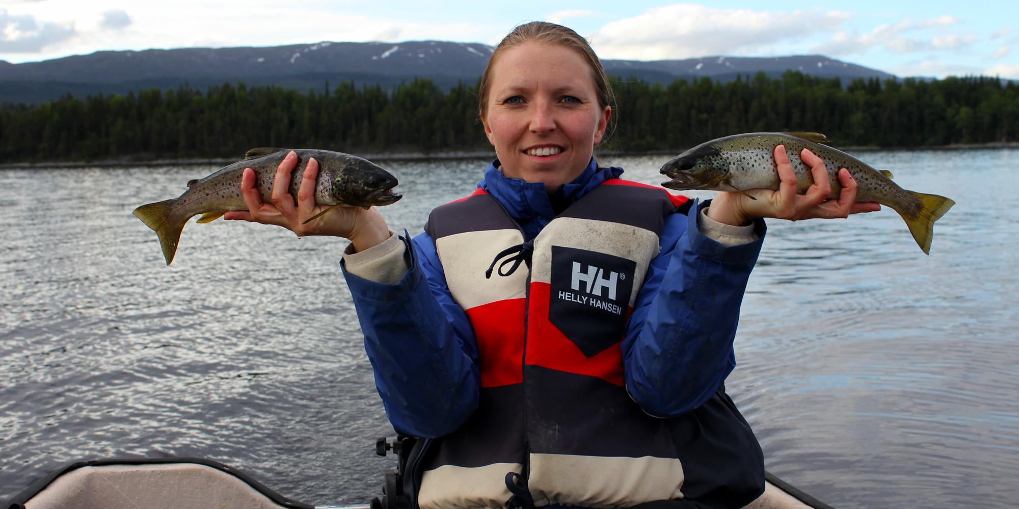 Christine med fiskefangst på Snåsavatnet. Copyright: Visit Innherred