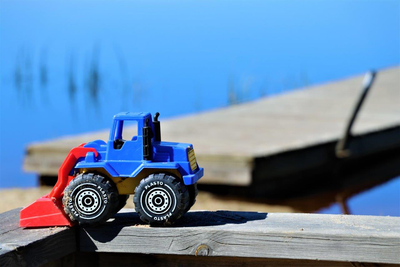 Leksakstraktor vid Gåssjöns badplats i Hemmingsmark