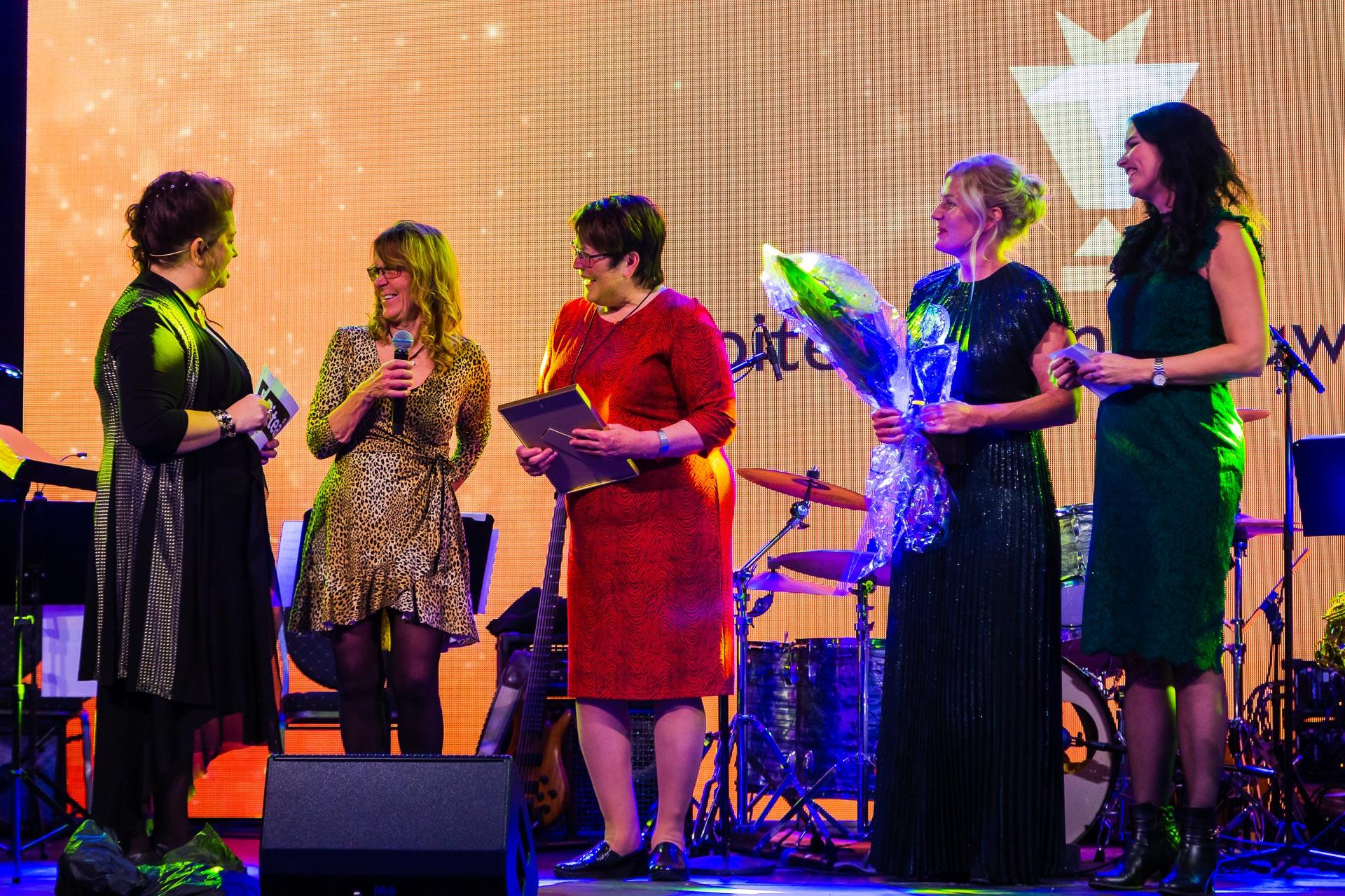 Mer glada pristagare 2019 på scenen