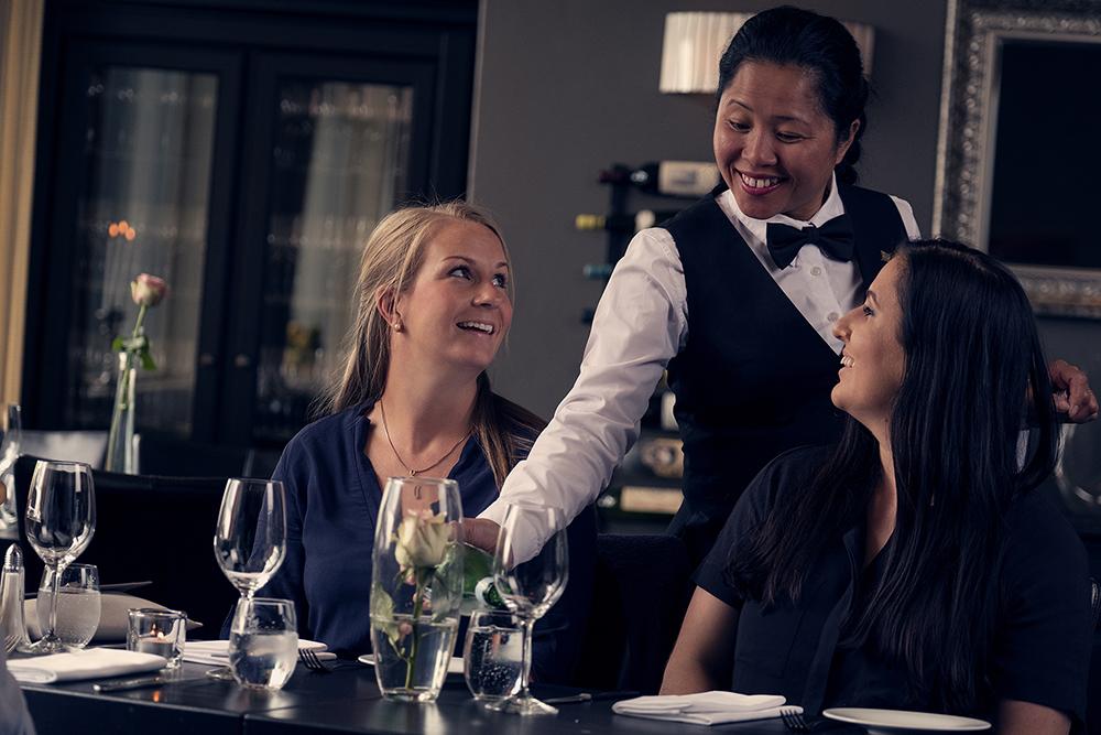 Glade gjester blir servert på Brasseriet. Copyright: Tom Gustavsen
