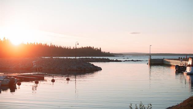 Hamnen i kvällssol, Kinnbäck skärgårdsturism