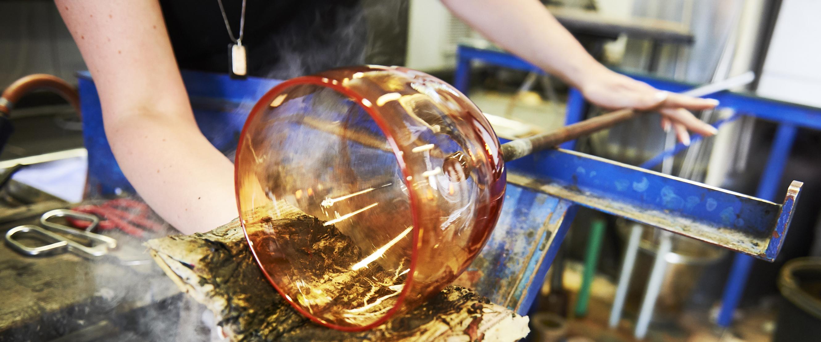 Glaset formas av konstnären på Heta Hyttan