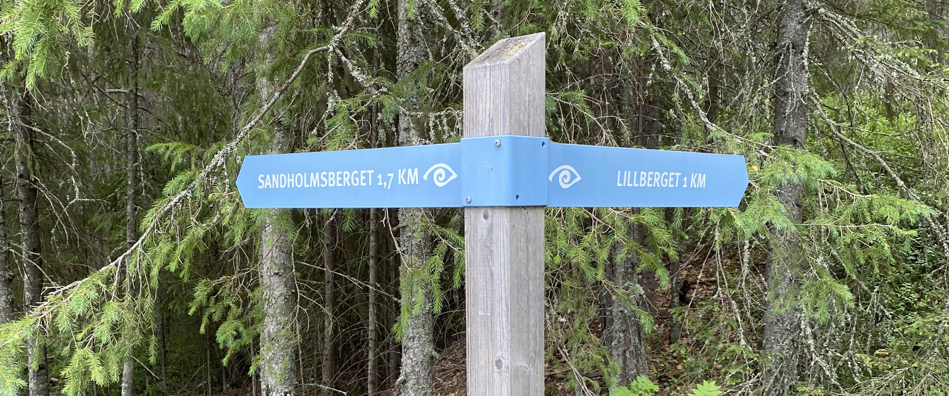 Stigen tar dig mellan Sandholmsberget, Lillberget och Högberget.
