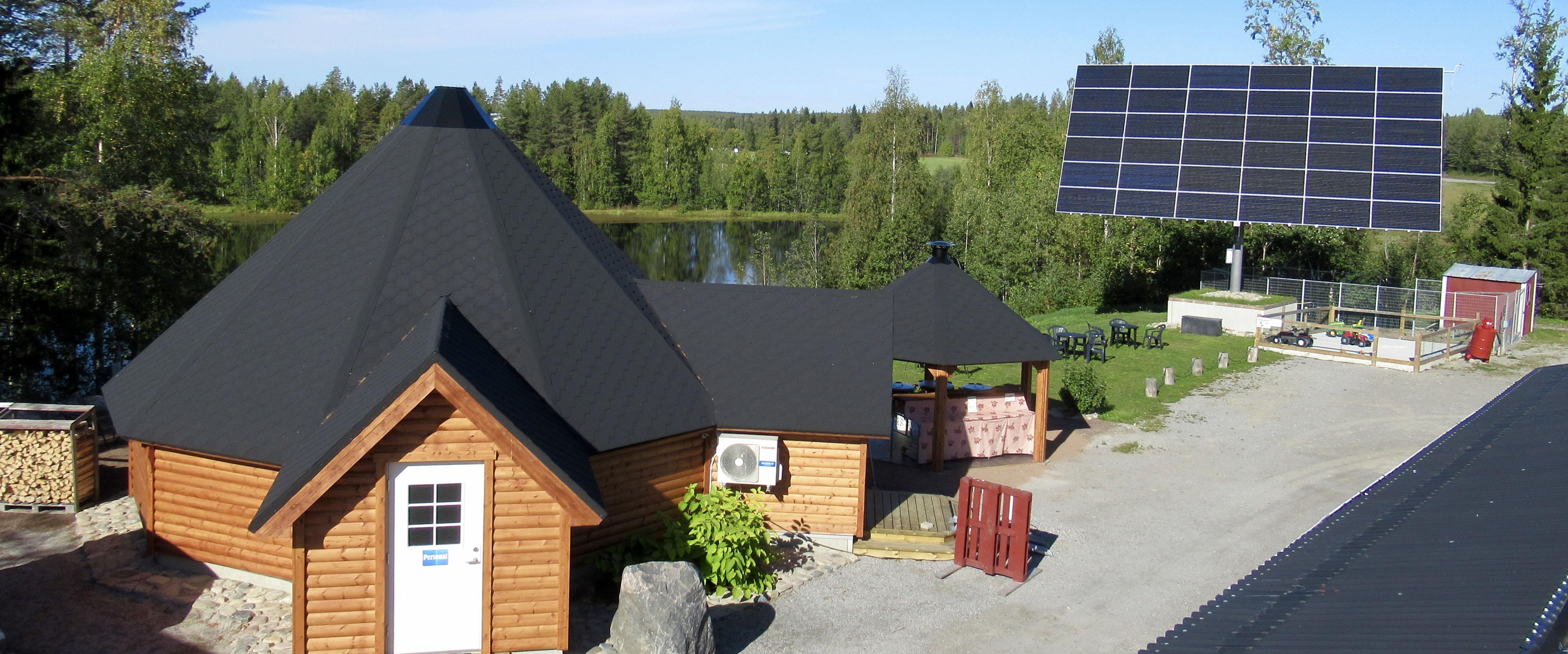 Kåtan och solceller hos AlterHeden.